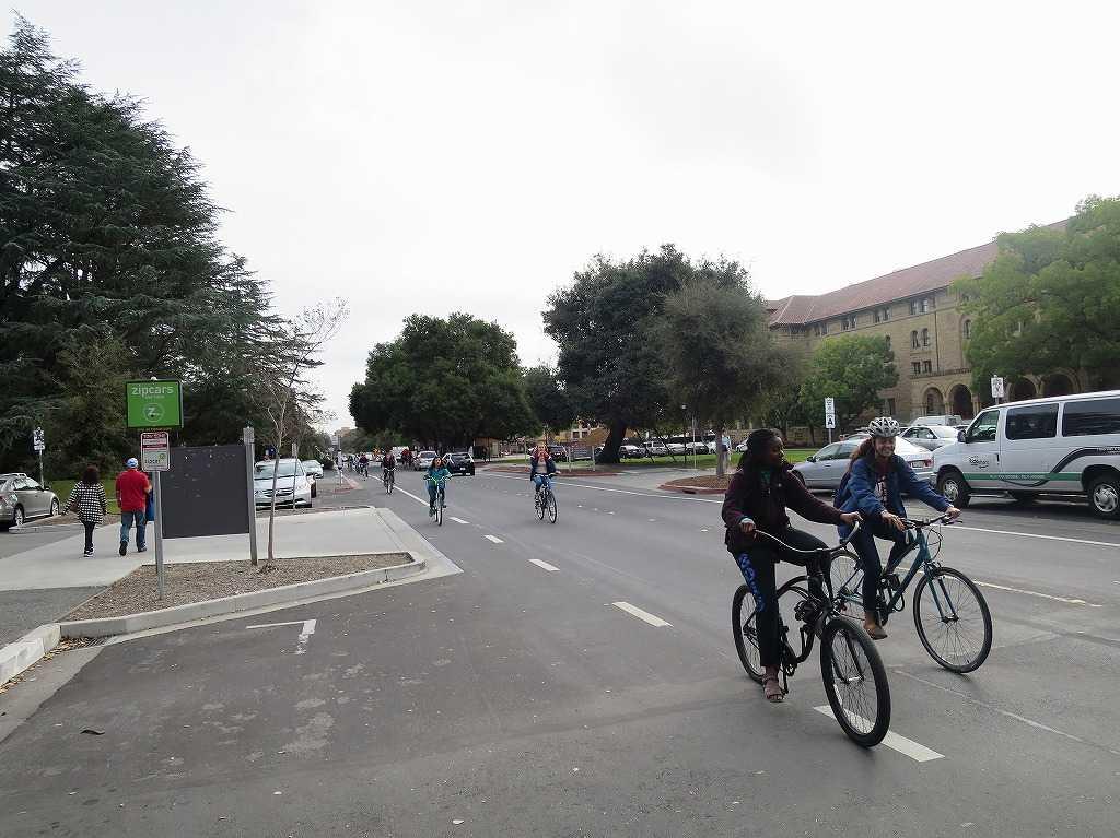 スタンフォード大学 - 自転車に乗った学生