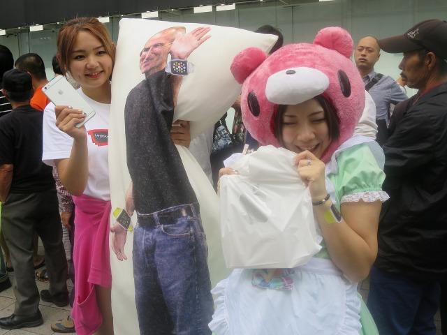 ジョブズと記念撮影をする日本のかわいい女性