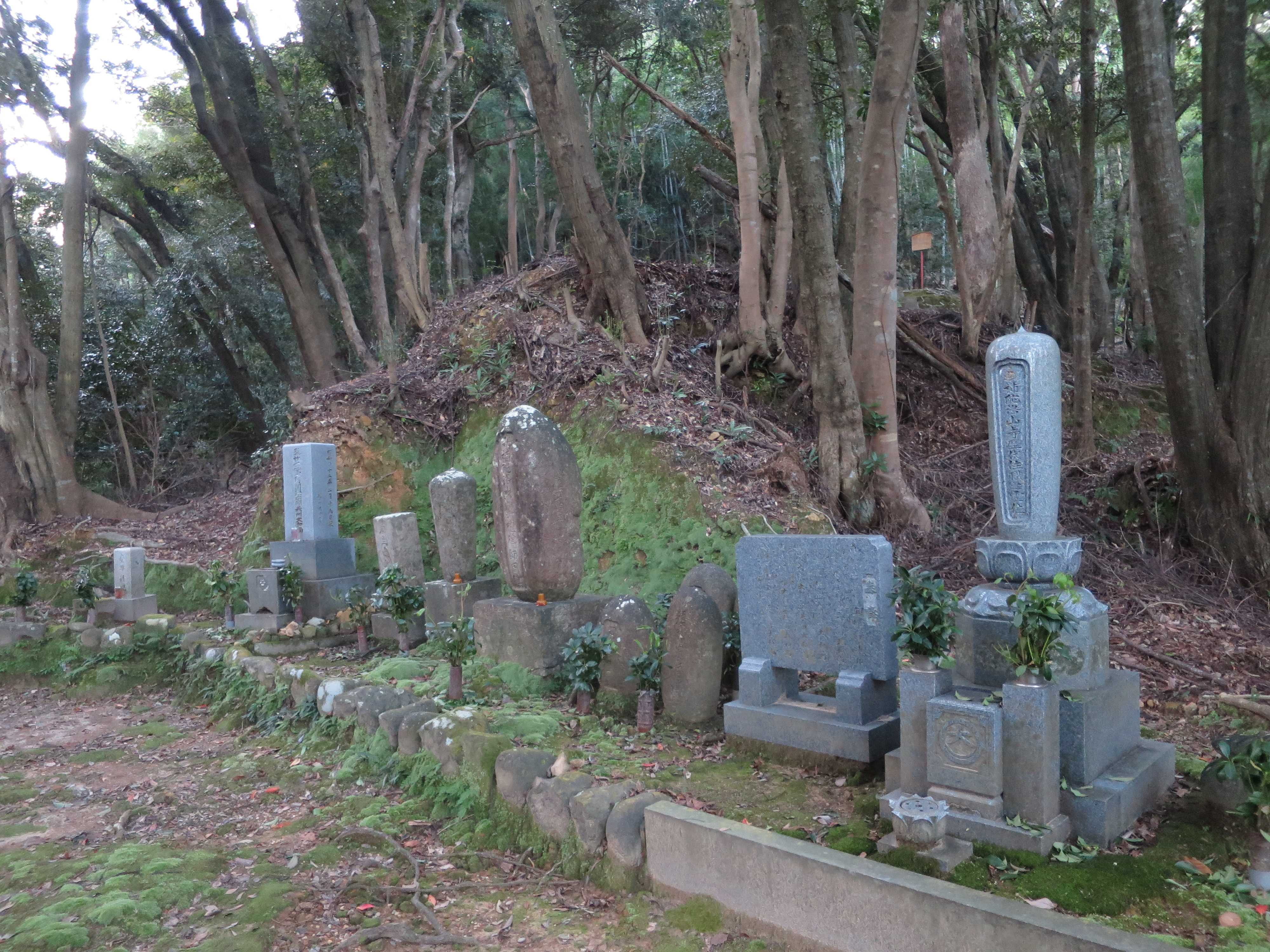 渡海上人の墓