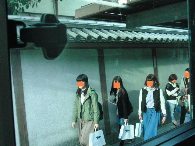 今出川通 - 同志社女子大学の壁