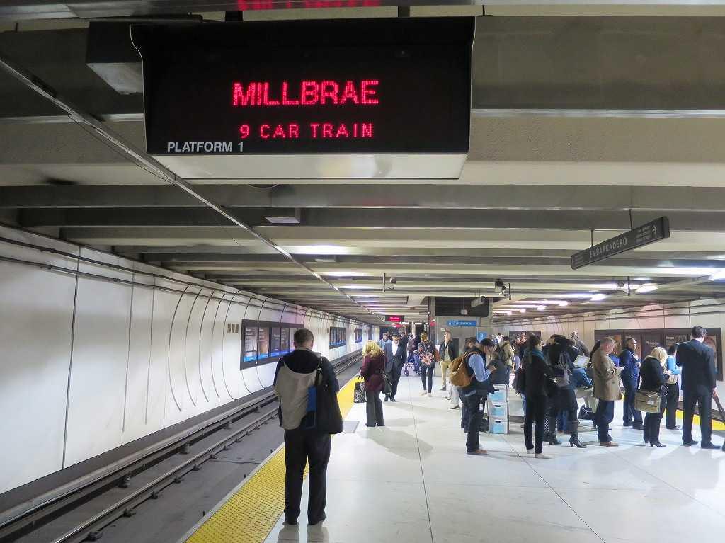 ミルブレー駅(MILLBRAE STATION)行きの BART/バート