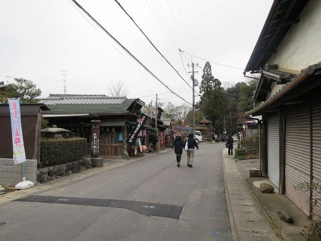 苔寺(西芳寺)から鈴虫寺(華厳寺)への道