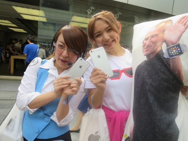 iPhone 6 を手にして喜ぶ女性Appleファン