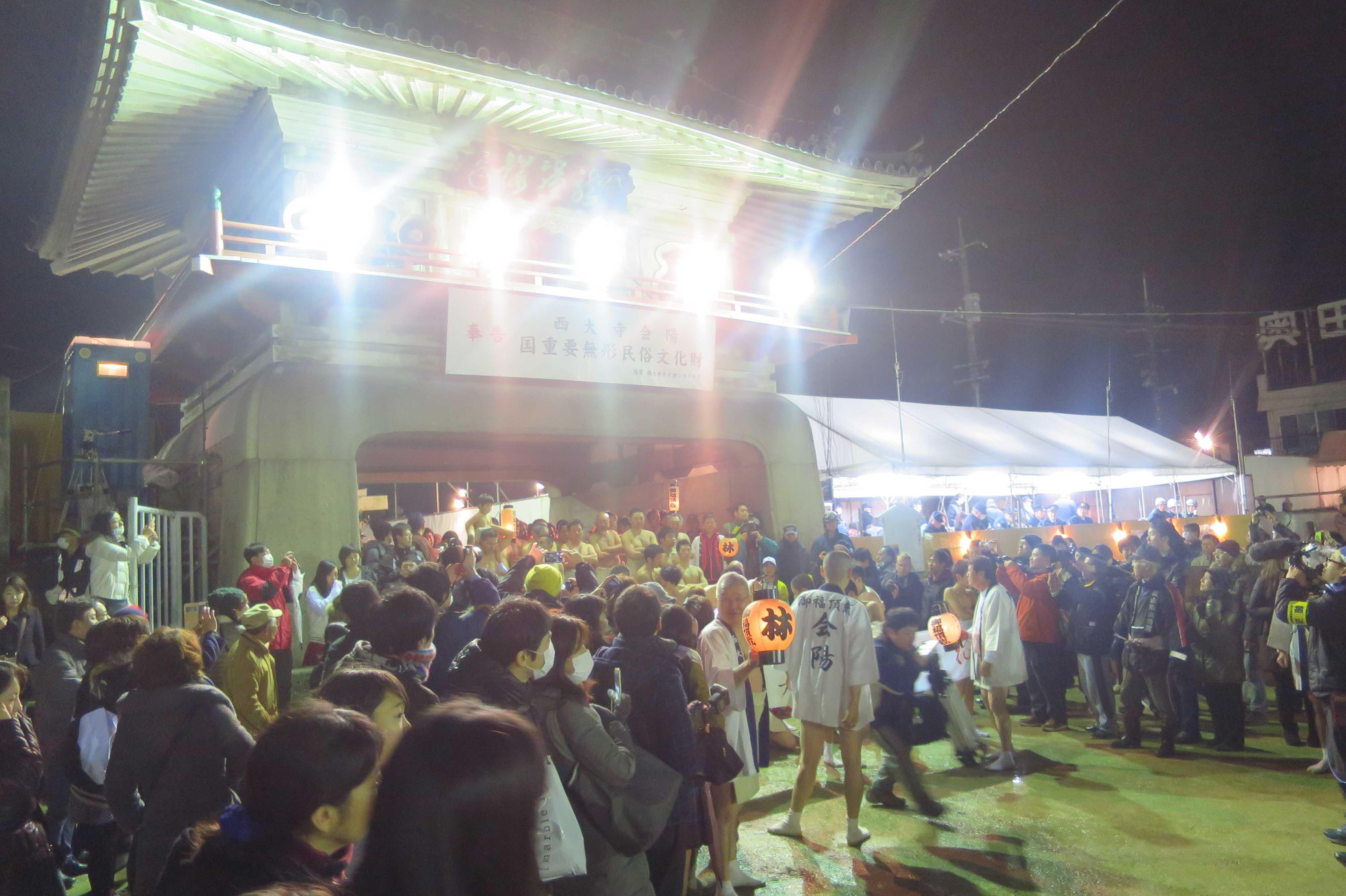 西大寺会陽 - 門をくぐって本堂に向かう林グループ