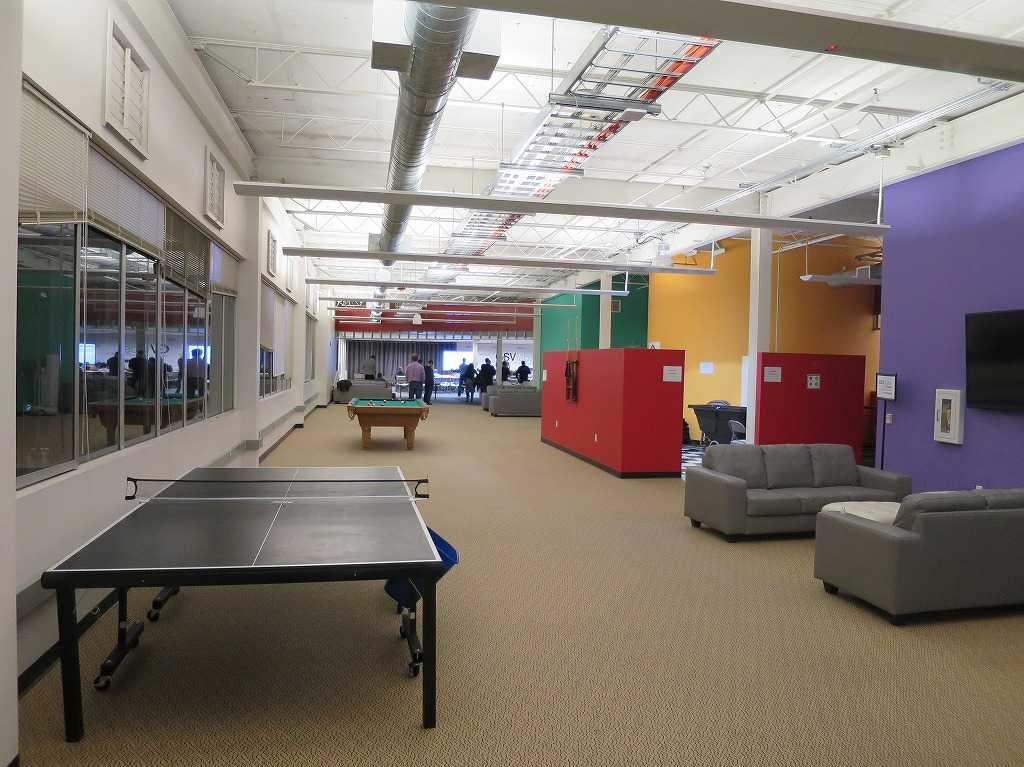 ベンチャー企業の必須アイテム: 原色の壁、卓球台、ビリヤード台、ソファ