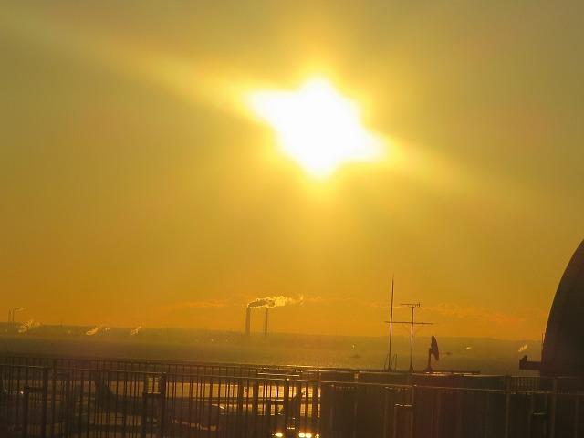 羽田空港のオレンジ色の太陽