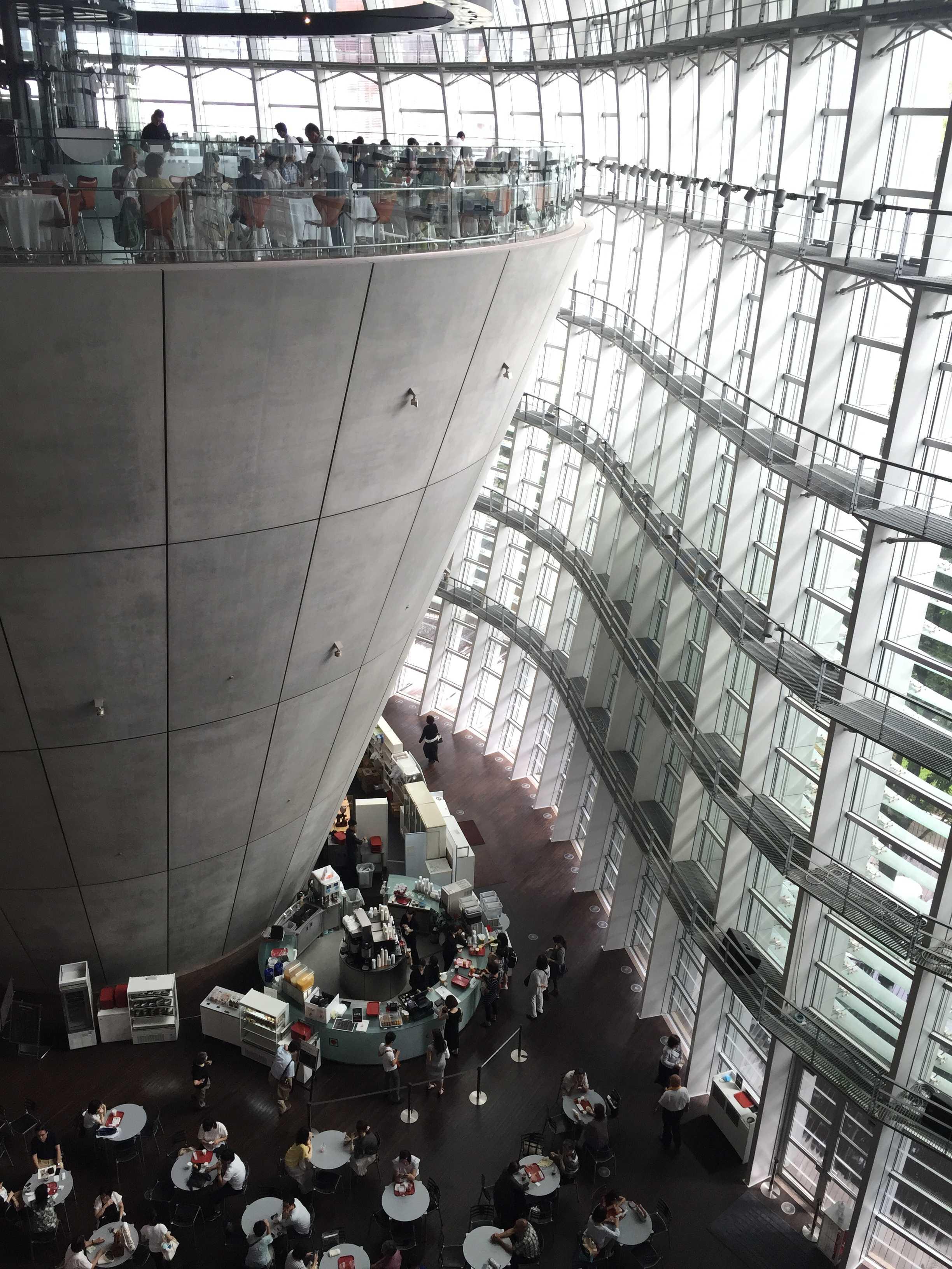 光輝く国立新美術館