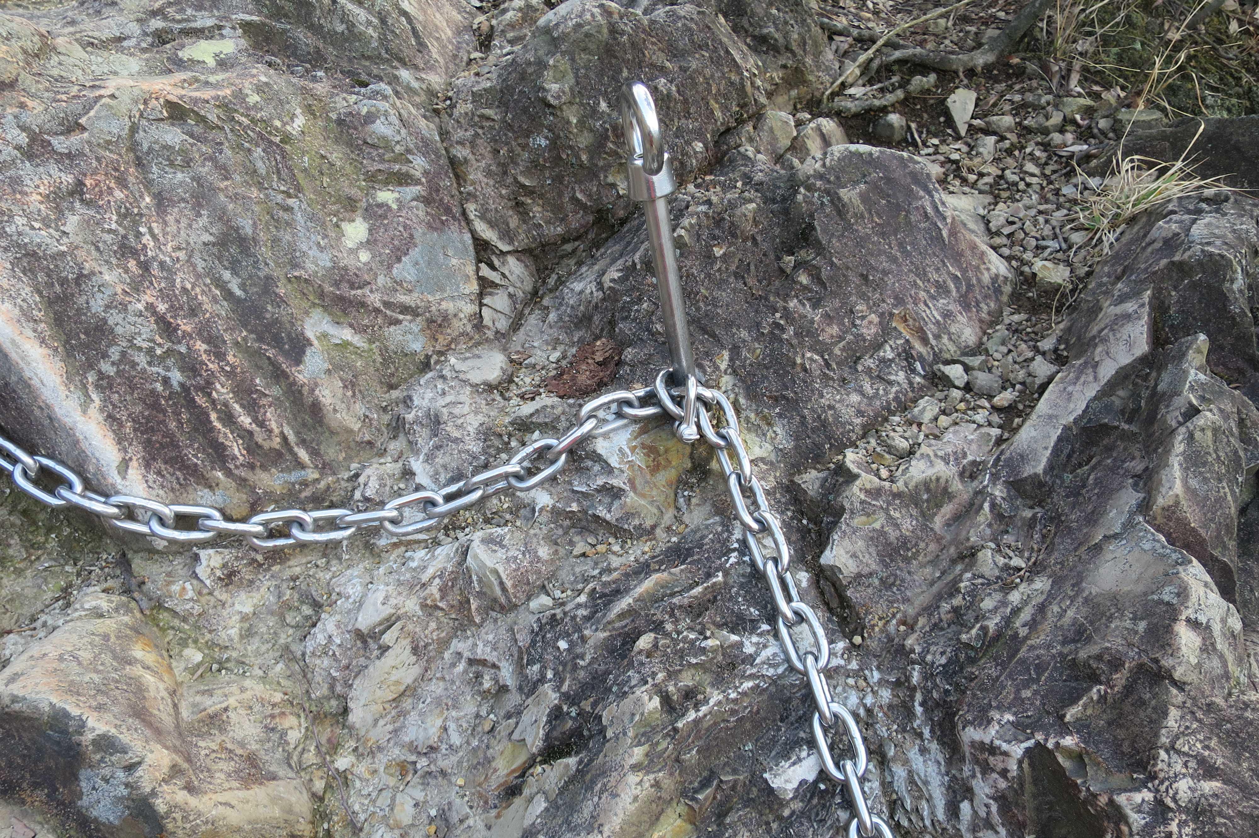 岩場の銀色のチェーン - 奥の院捨身ヶ嶽禅定