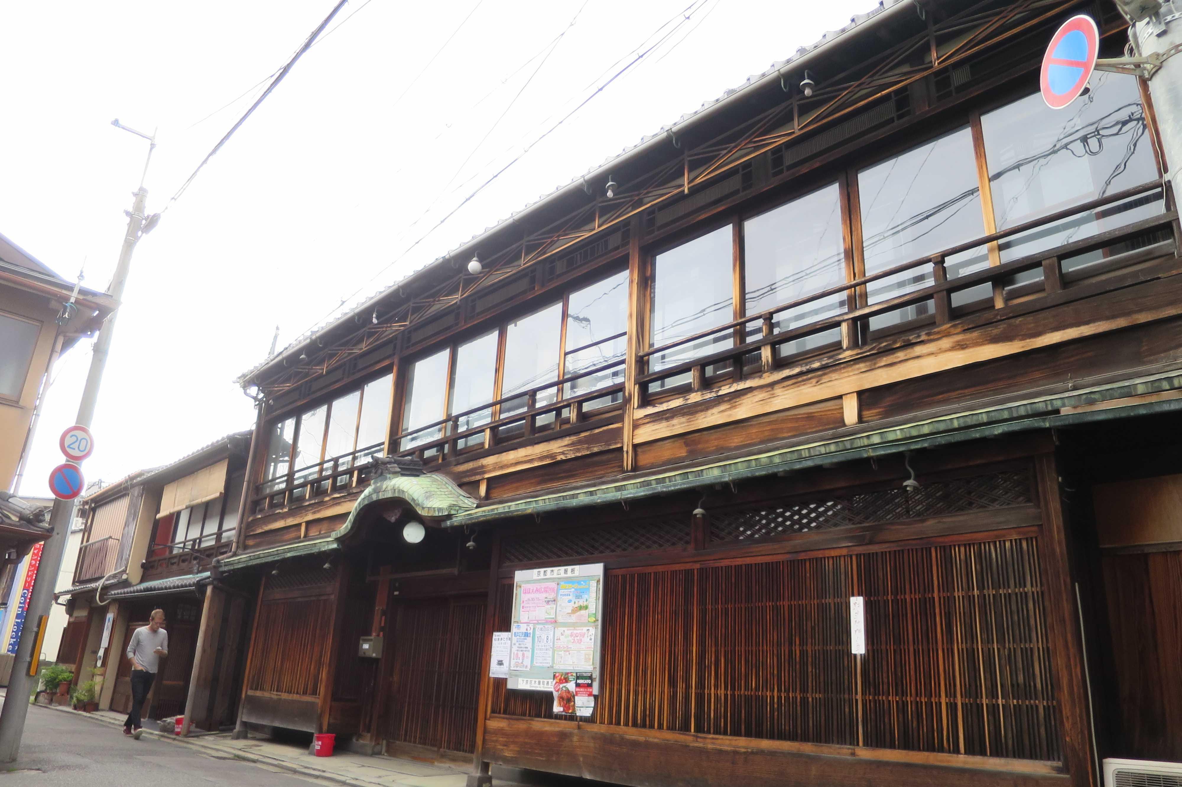 京都・五条 - 銅板葺の唐破風屋根を持った木造建築
