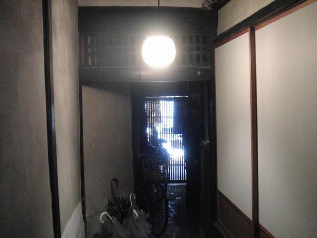 鞆・築うん百年の古商家の格子戸