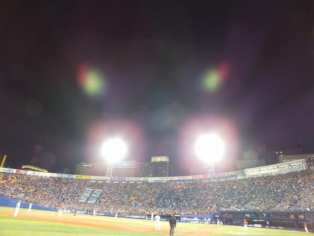 光の球場 - 屋根のない横浜スタジアム