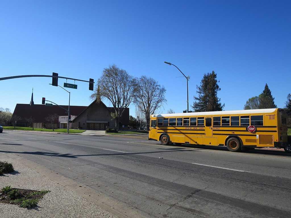 ムアパーク・アベニュー(Moorpark Ave): スクールバス