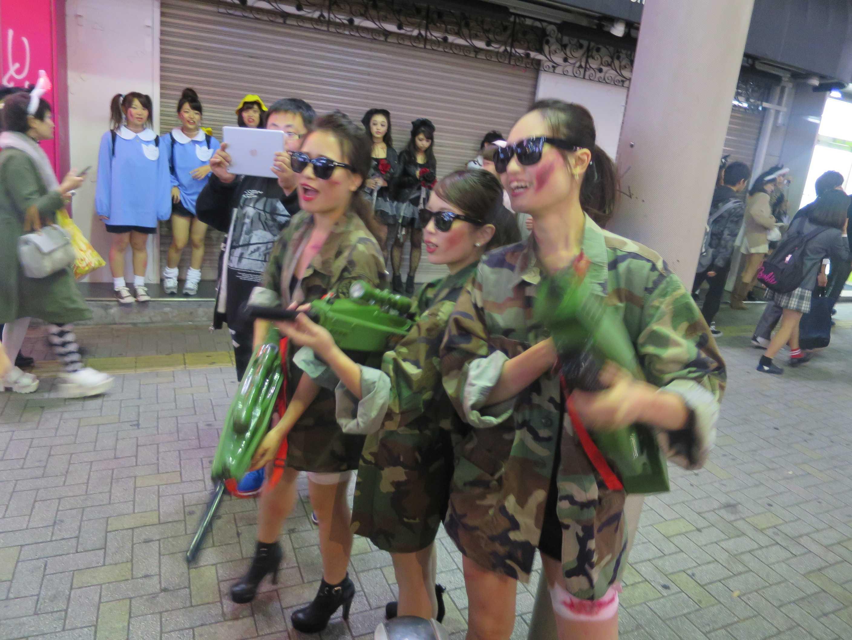 渋谷ハロウィン - 機関銃を持った女性
