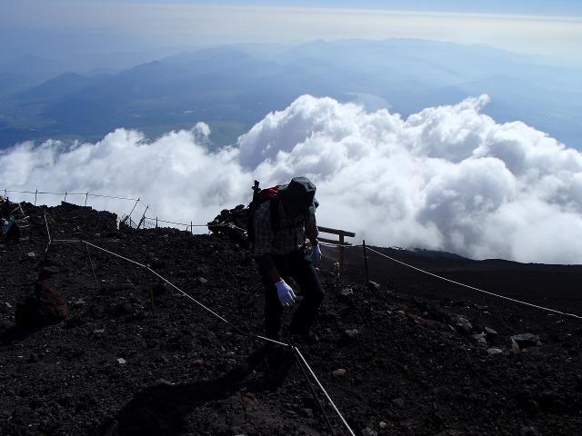 雲海を背に富士登山するたかちゃん