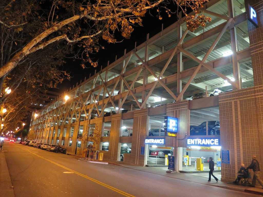 サンペドロ・スクエアマーケットの駐車場