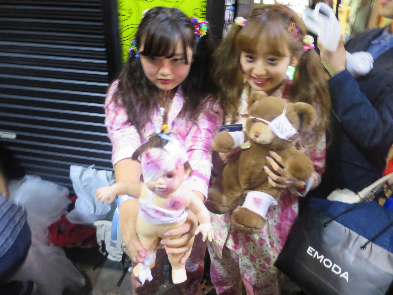 渋谷ハロウィーン - 怖い人形を持った少女