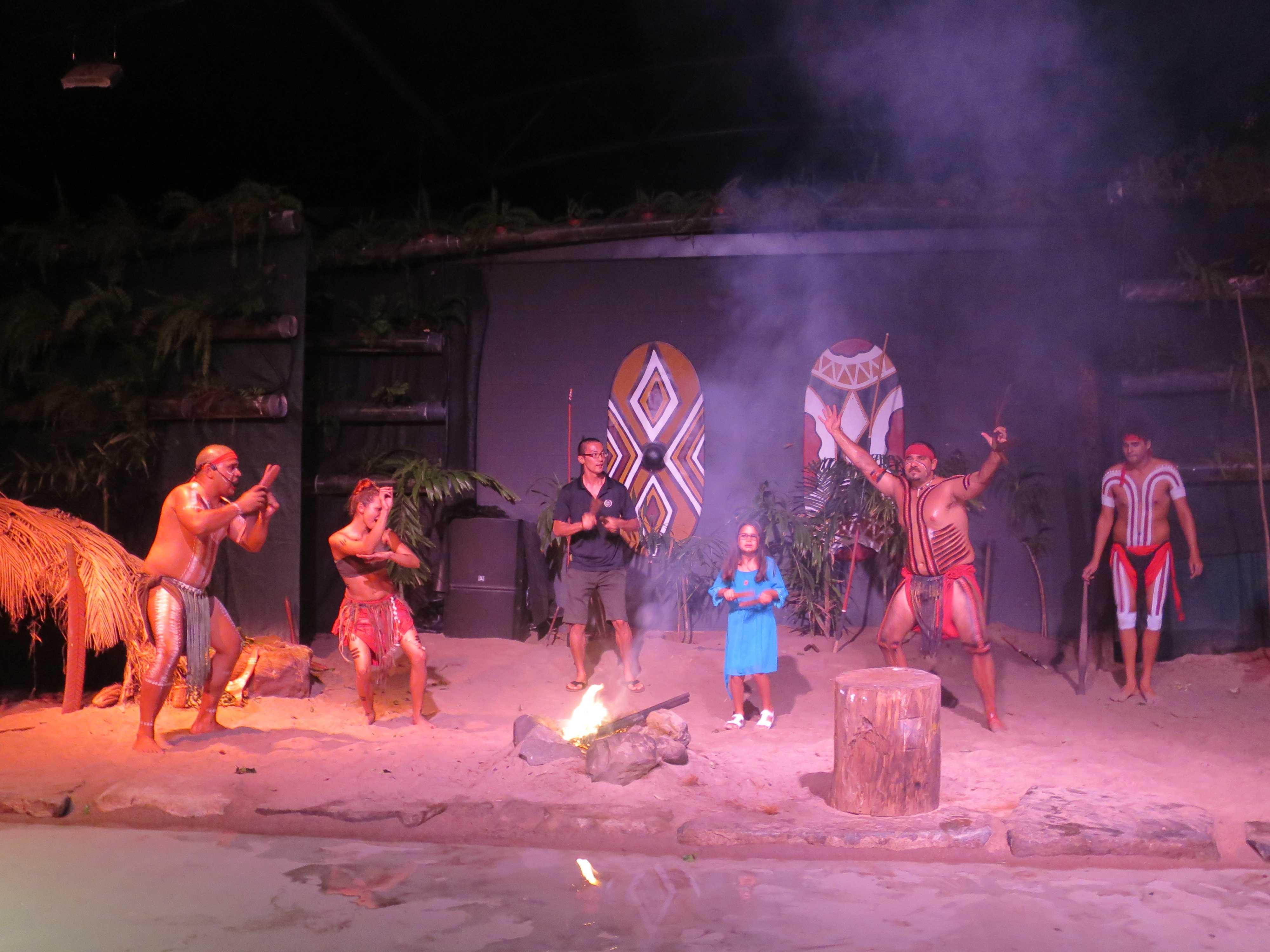 燃えさかる炎を中心に踊るアボリジニたち