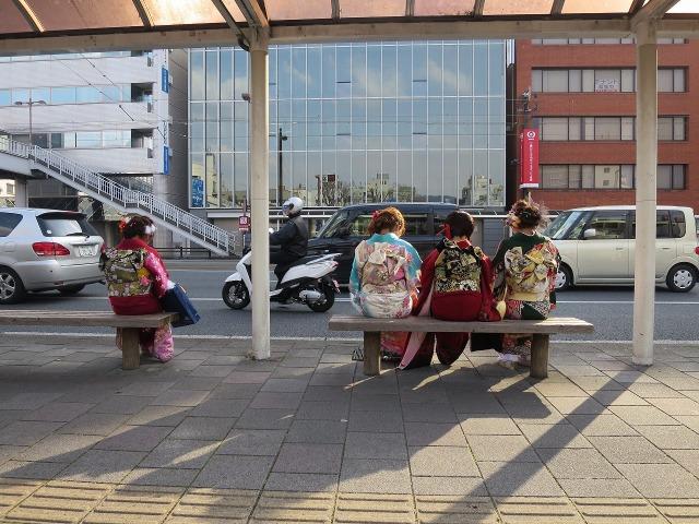 バスを待つ成人式の女性 - 高知市内