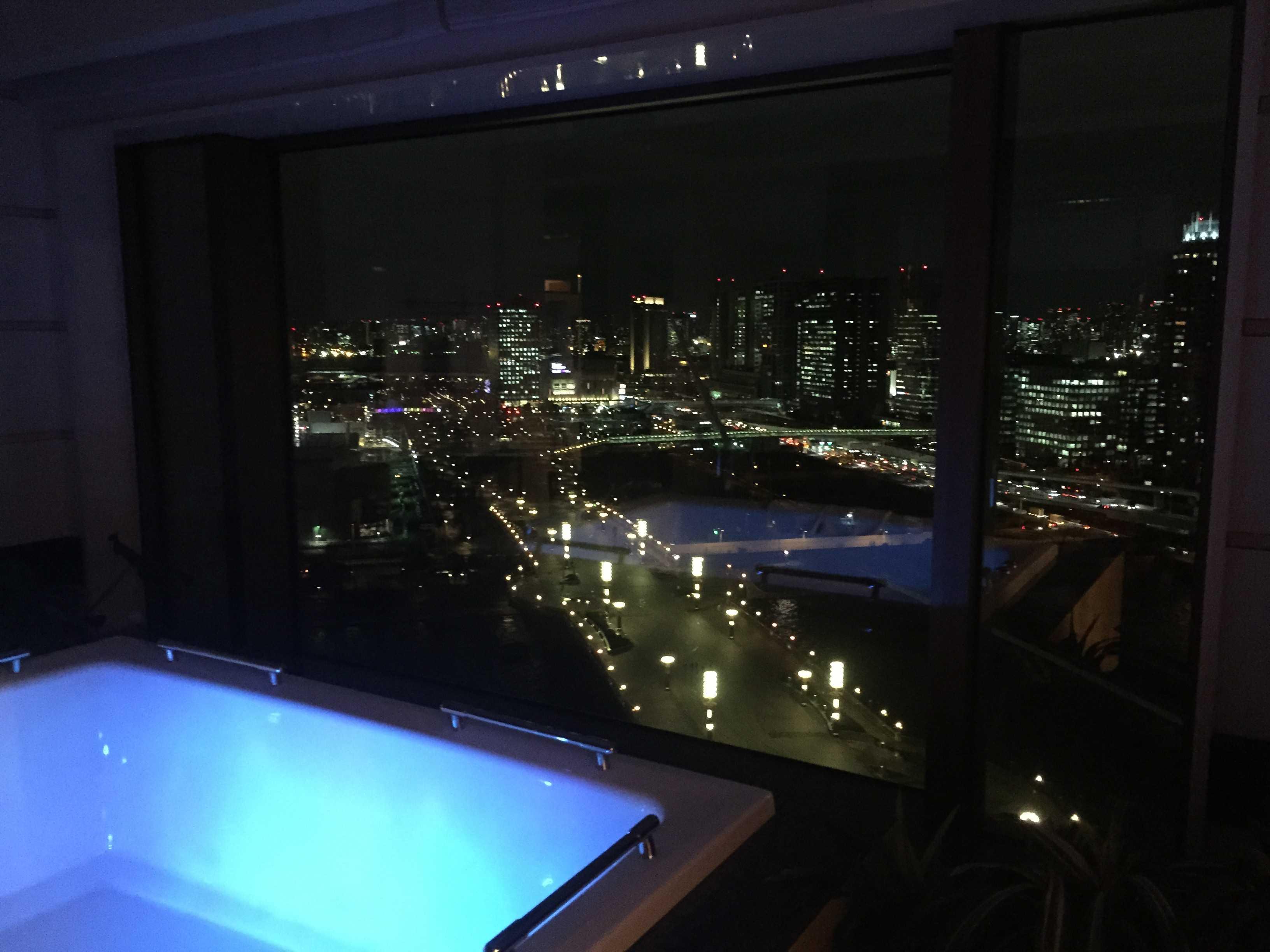東京ベイコート倶楽部: ロイヤルスイート バスルームからの夜景