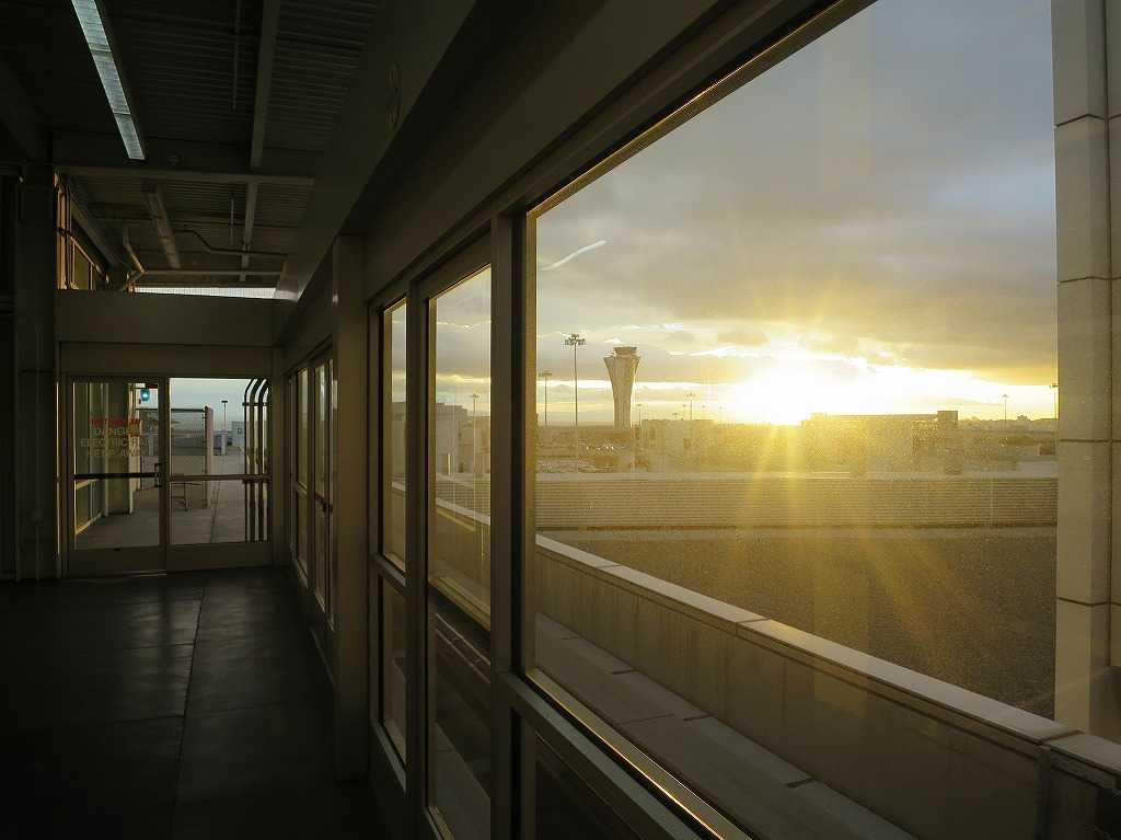 サンフランシスコ国際空港の朝日