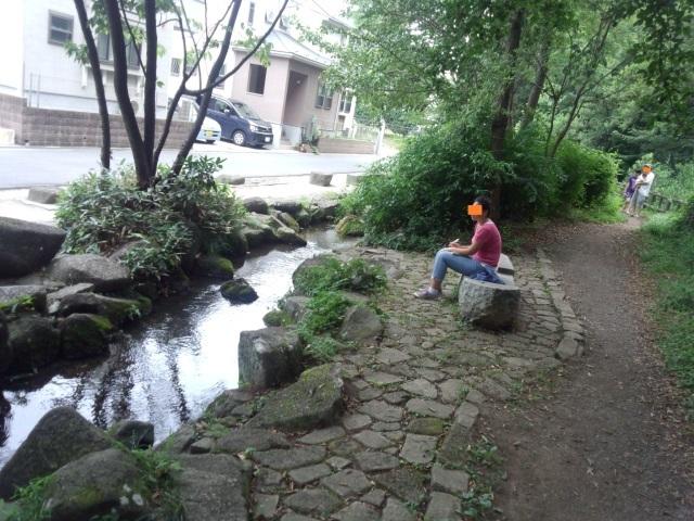 黒川清流公園で休憩する人