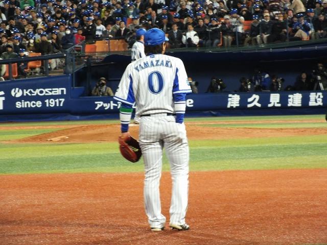 利き手をポケットに入れる野手