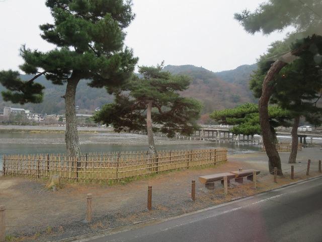 鈴虫寺から広隆寺へ向かうバスの車窓から見えた渡月橋