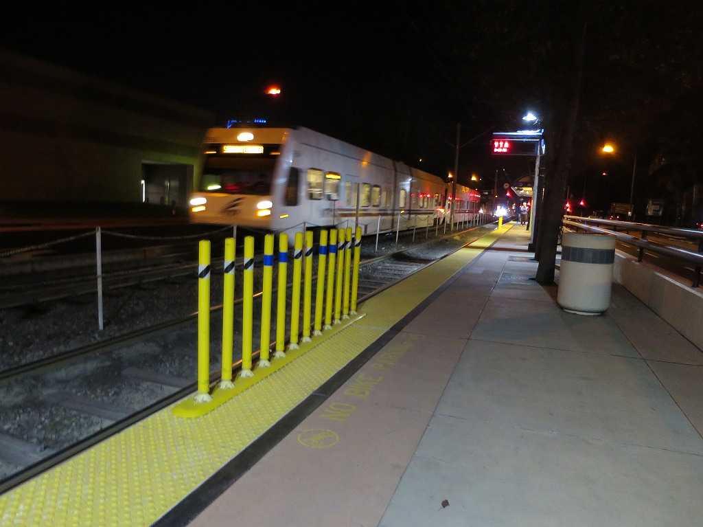 サンノゼ郊外 - 通過する VTAライトレール