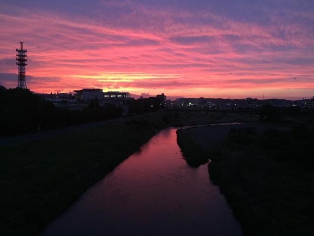 浅川の真っ赤な夕焼け(iPhone 6 写真)