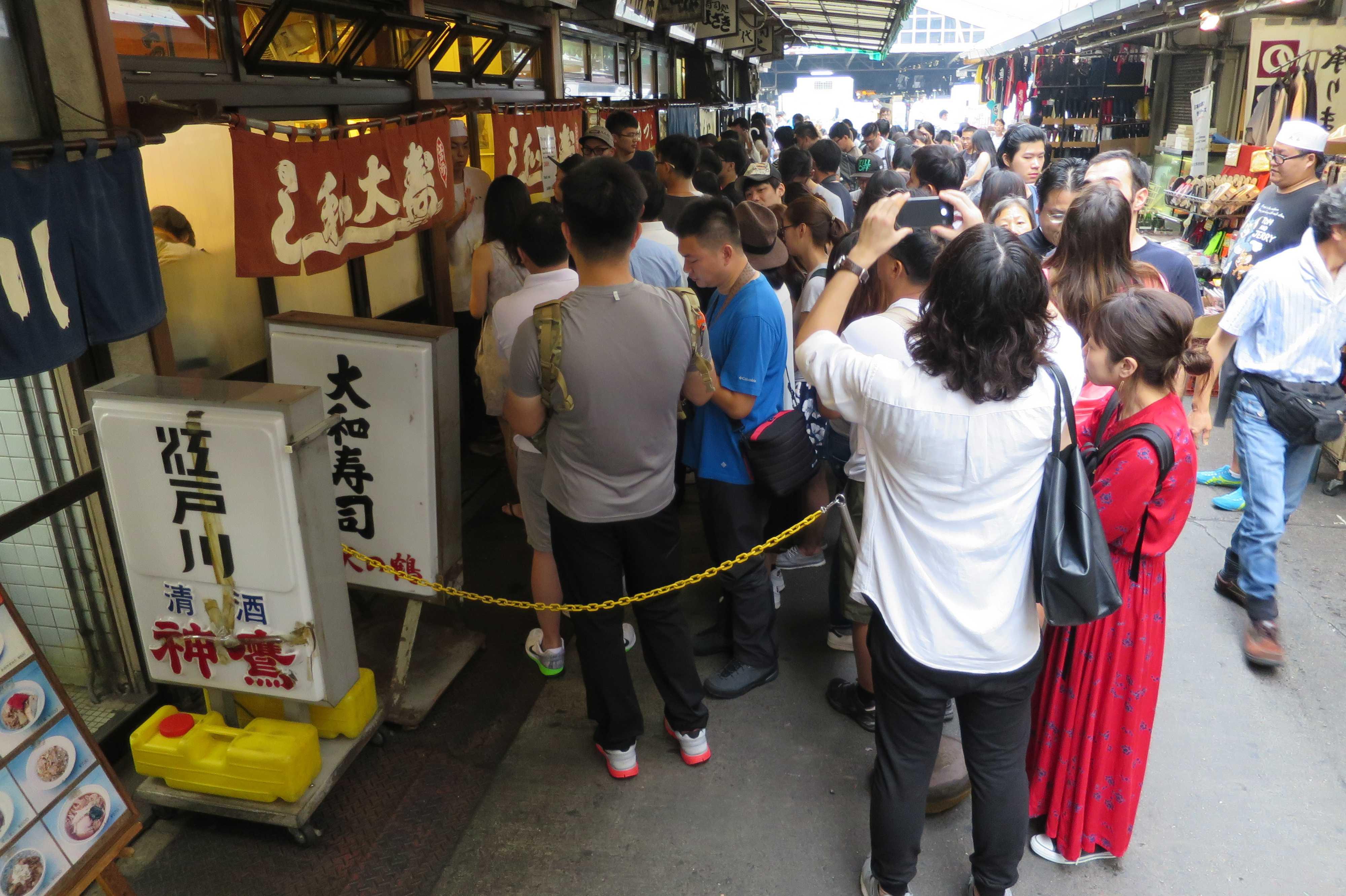 築地市場(場内) - 大和寿司(だいわすし)前の大行列