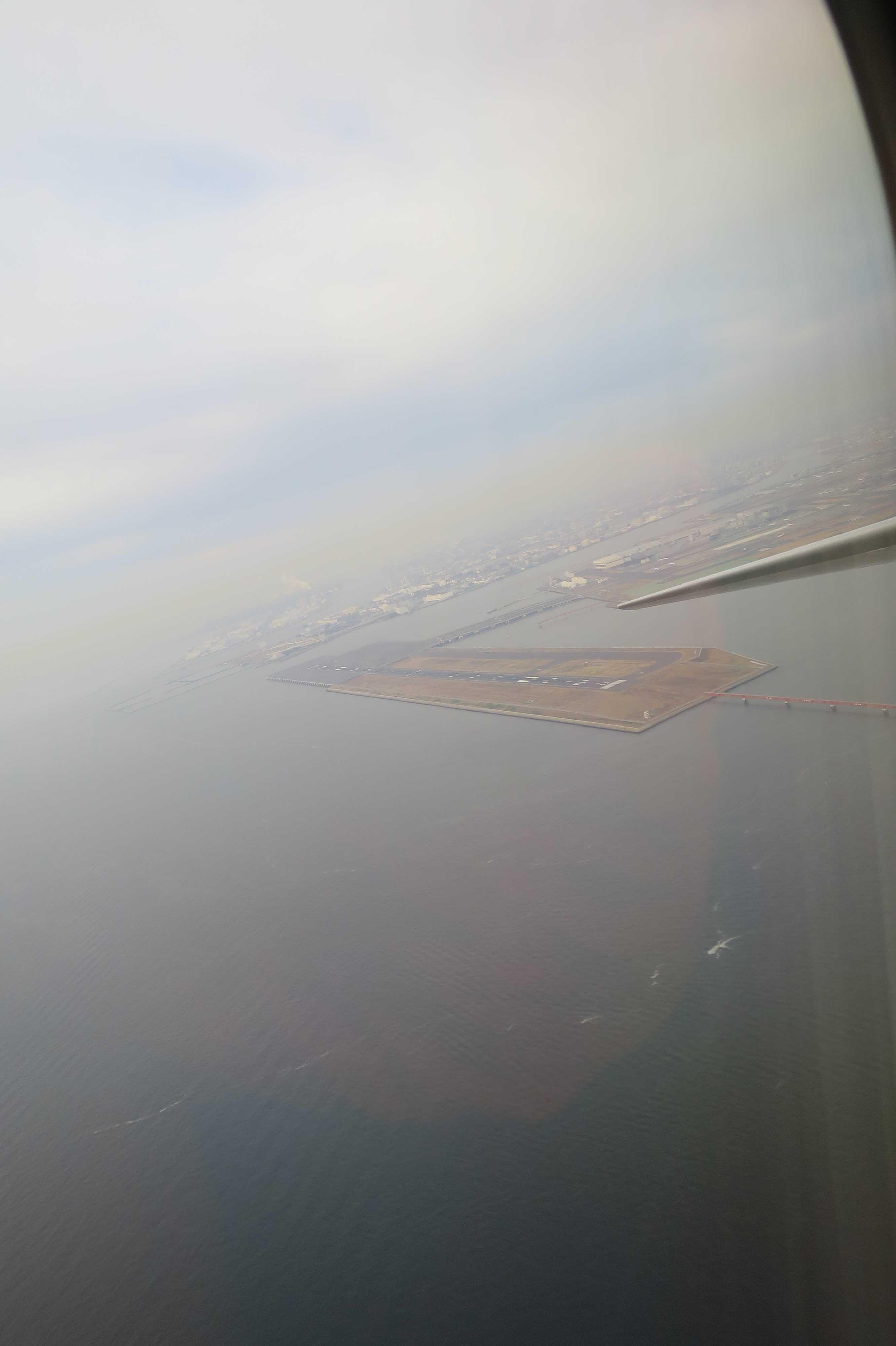 東京湾上空から見えた羽田空港の滑走路