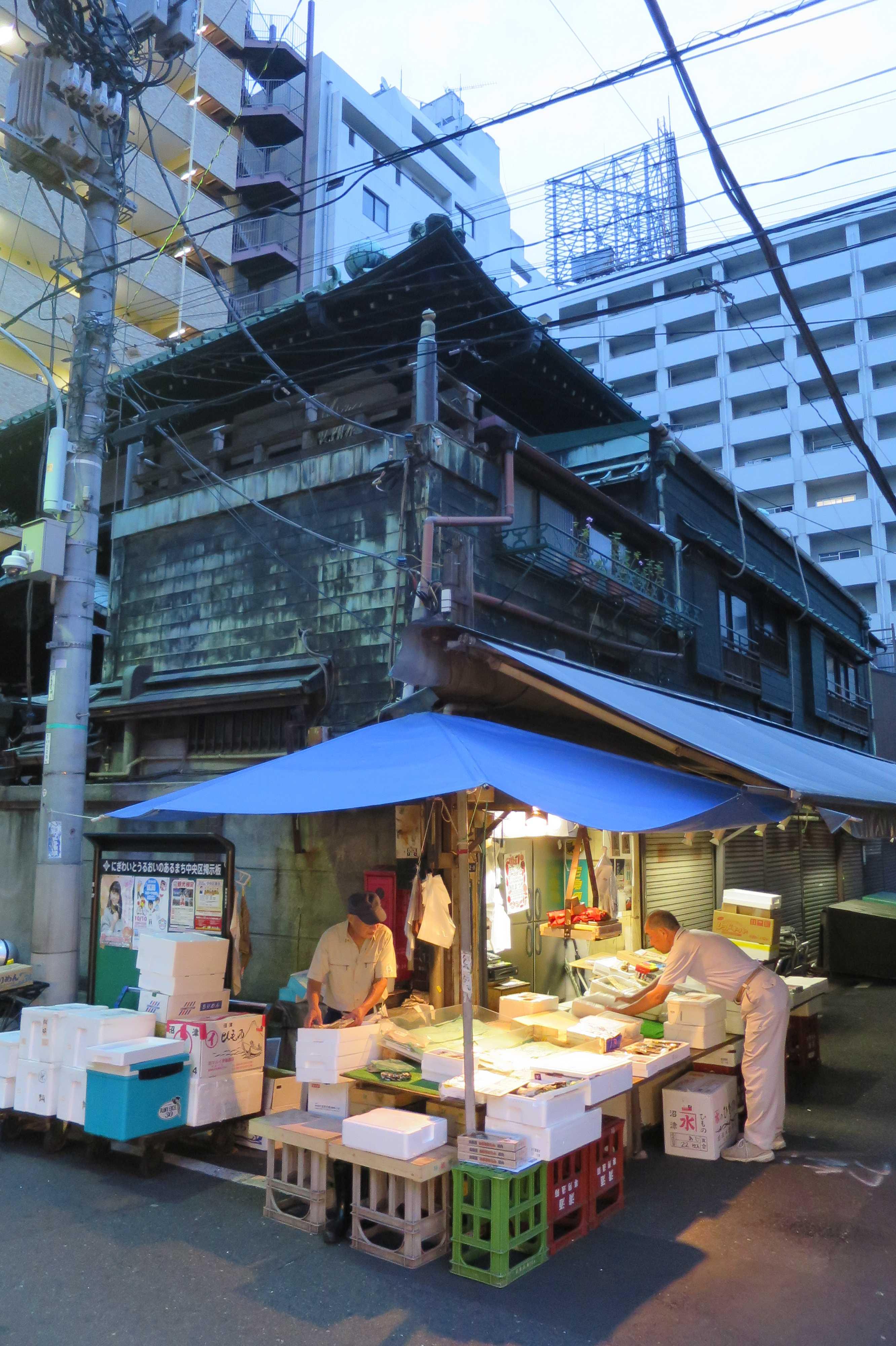 築地場外市場 - 緑青が吹き出した銅板貼りの看板建築