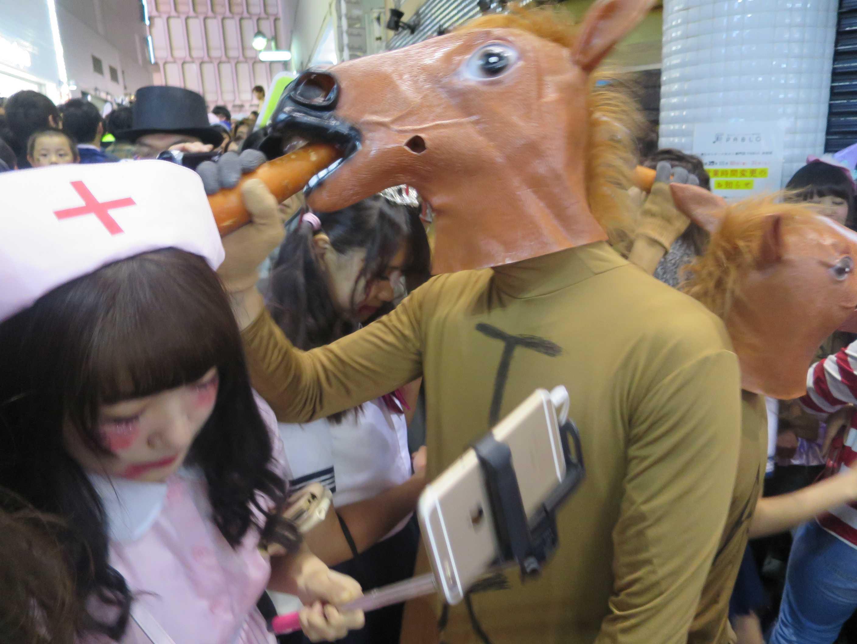 渋谷ハロウィン - ニンジンを喰うウマ(馬)