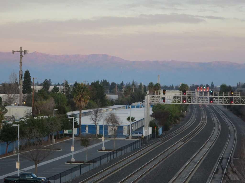 カルトレインの線路をまたぐ高架の上から見えたカリフォルニアの情景