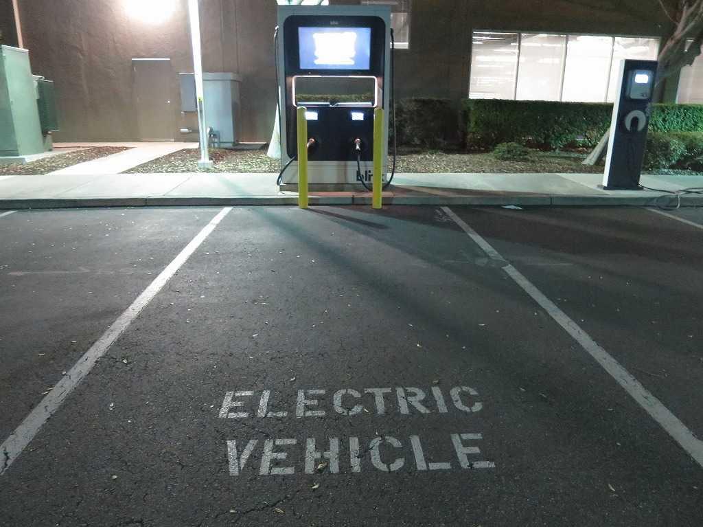 電気自動車(ELECTRIC VEHICLE)の充電スタンド