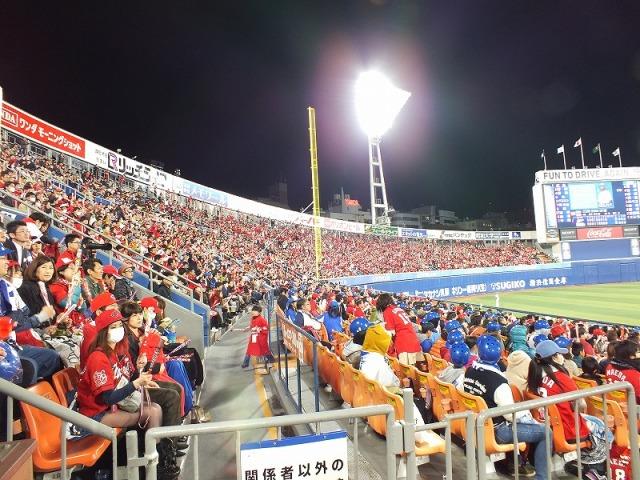 横浜スタジアムの 3塁側内野席のスタンド