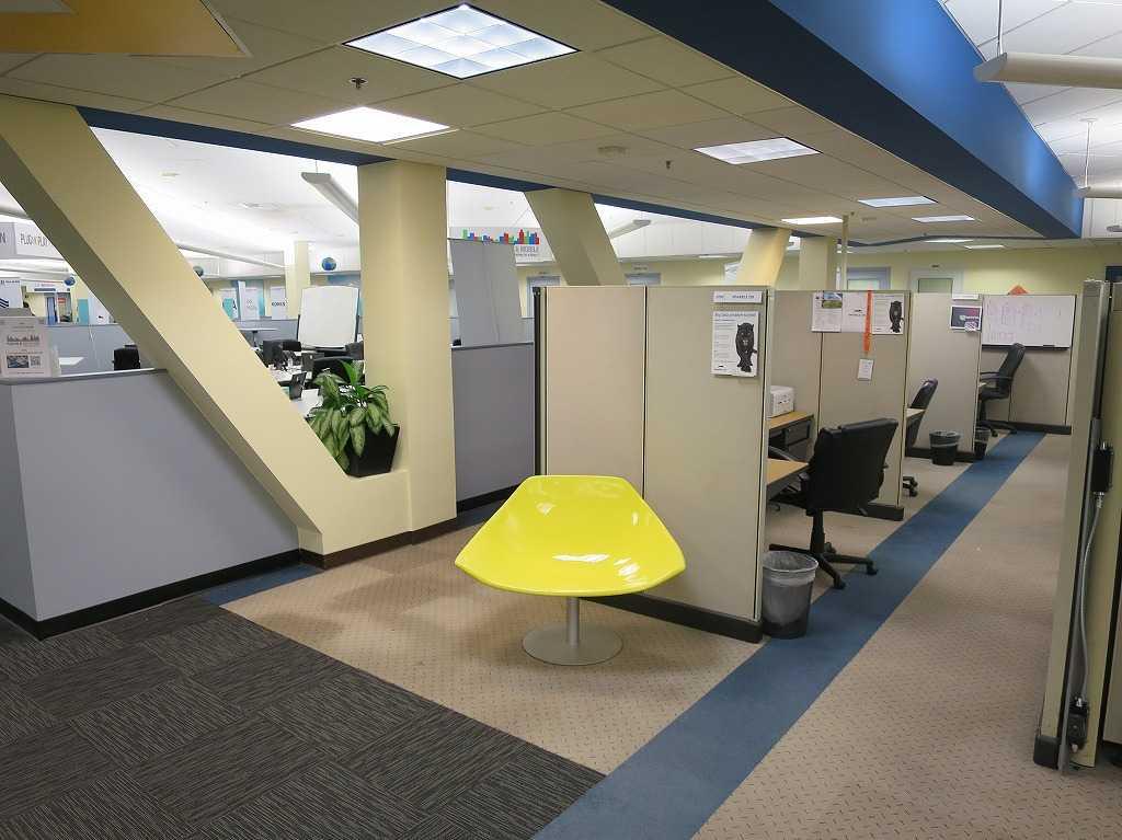 プラグ・アンド・プレイ テックセンター - 原色の黄色いチェア