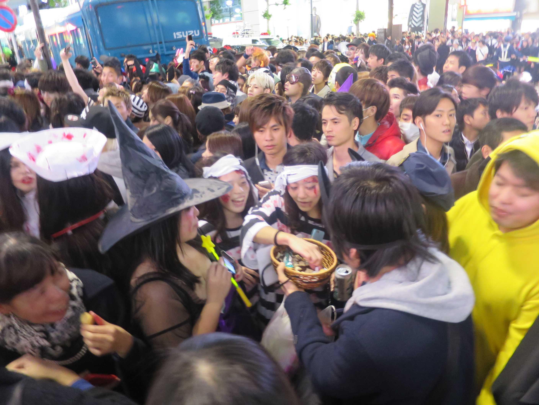 渋谷ハロウィン - お菓子を配る人