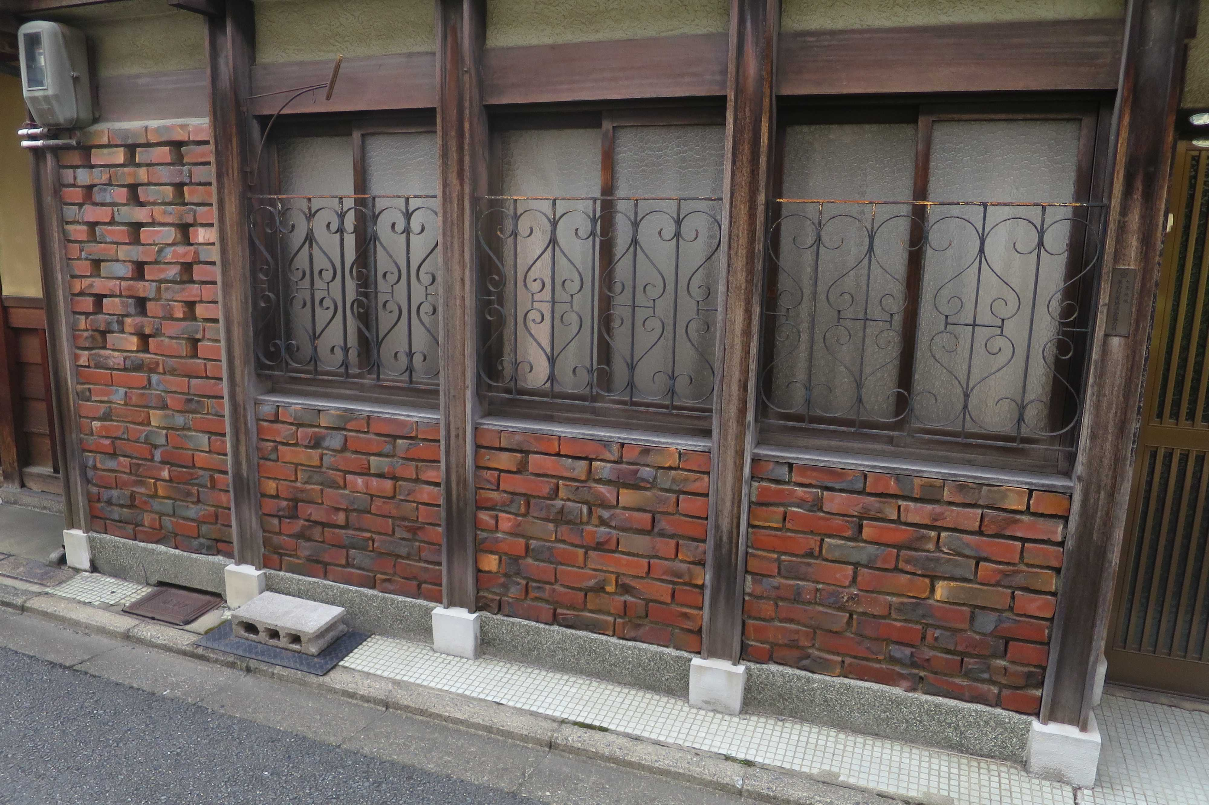 京都・五条楽園 - 面格子がレトロな赤レンガの家