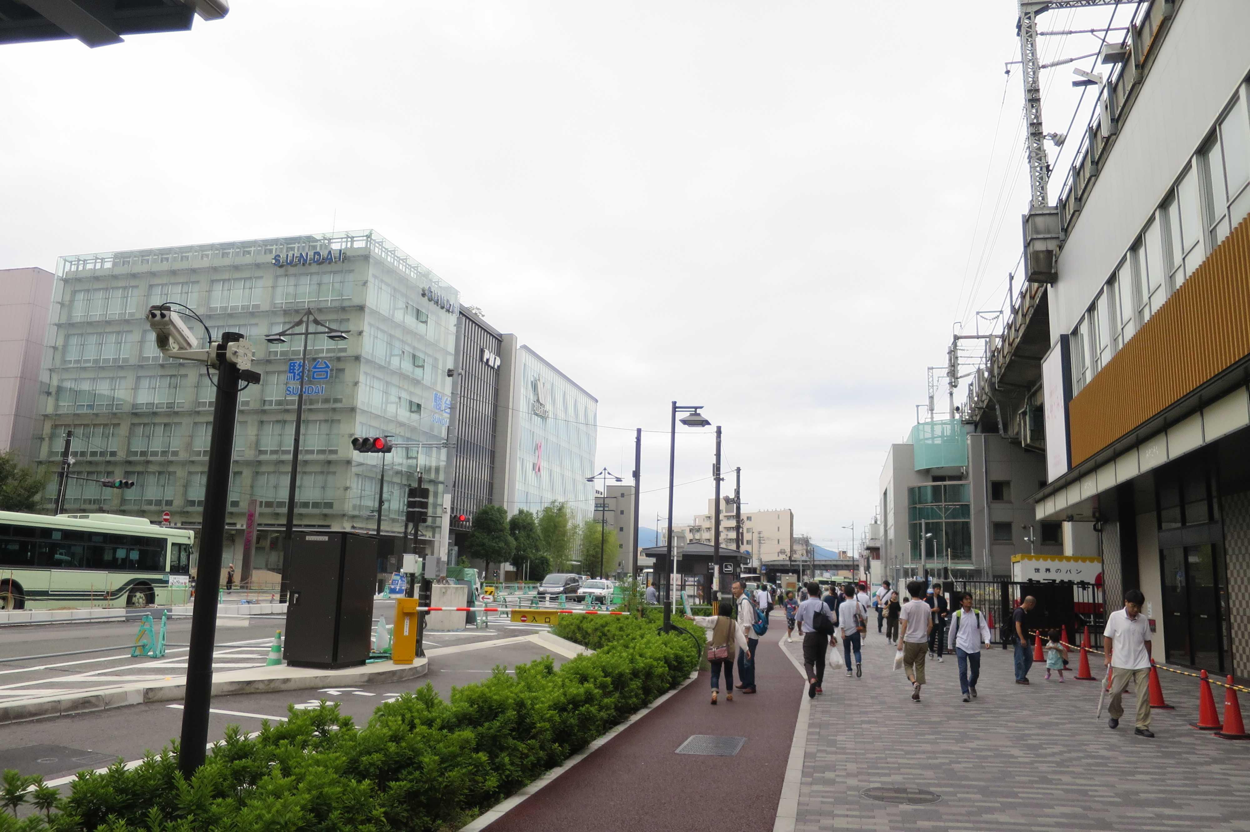 JR京都駅八条口近くの八条通