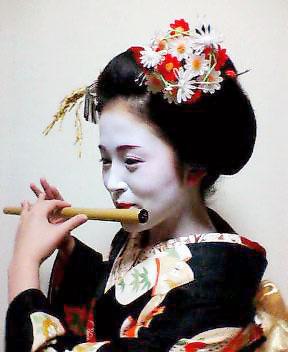 篠笛を吹く舞妓の市まめさん(17歳)