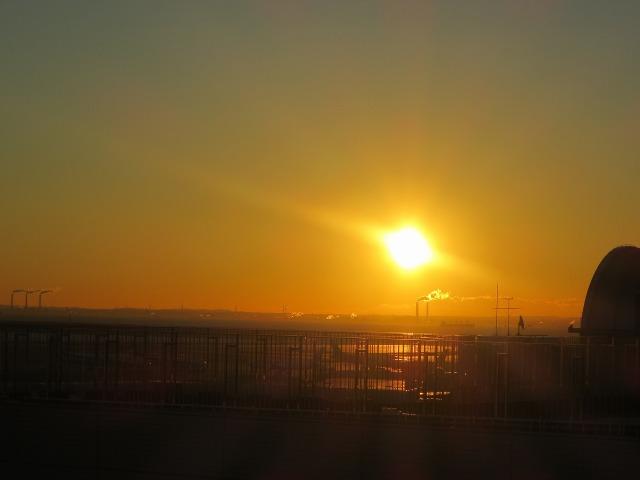 京浜工業地帯の煙突と朝日