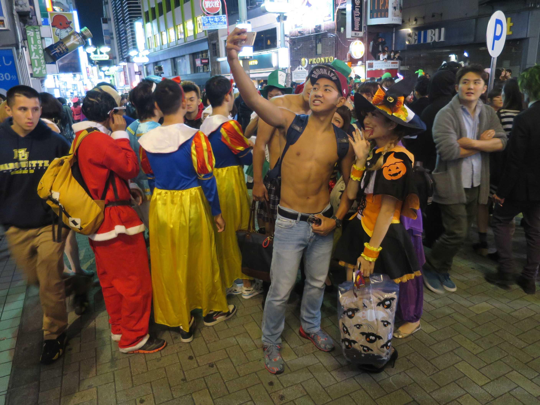 渋谷ハロウィーン - 上半身裸の男