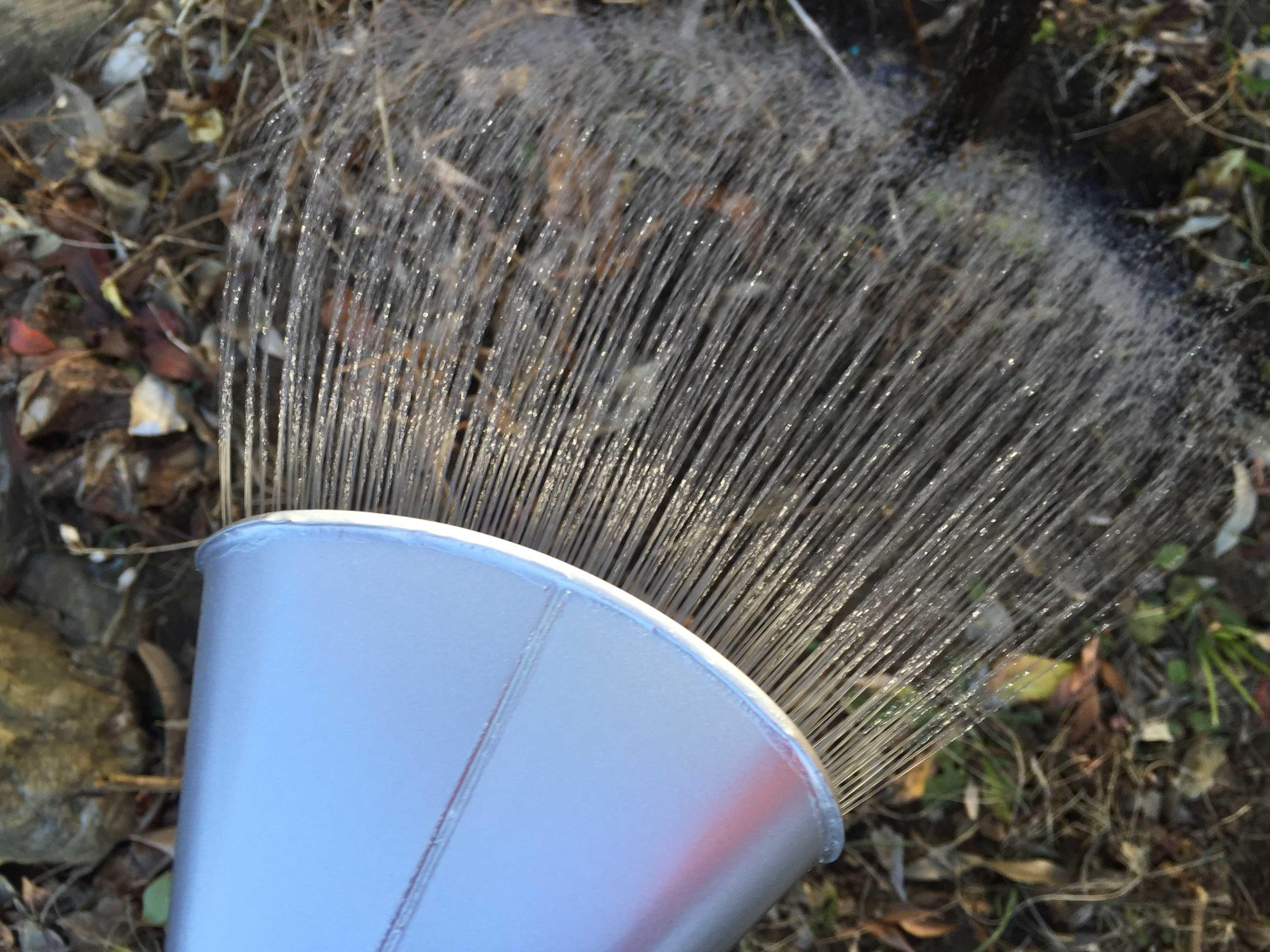 萬年 高級園芸ジョーロ 10L(尾上製作所)の小判形のハス口から出るやわらかい水