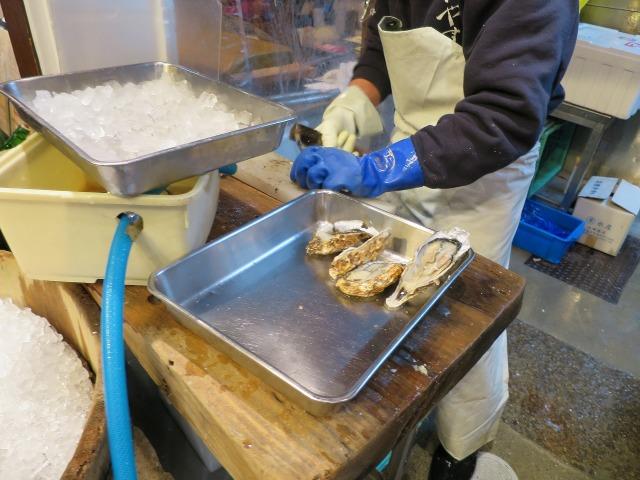 錦市場で生牡蠣をさばく職人