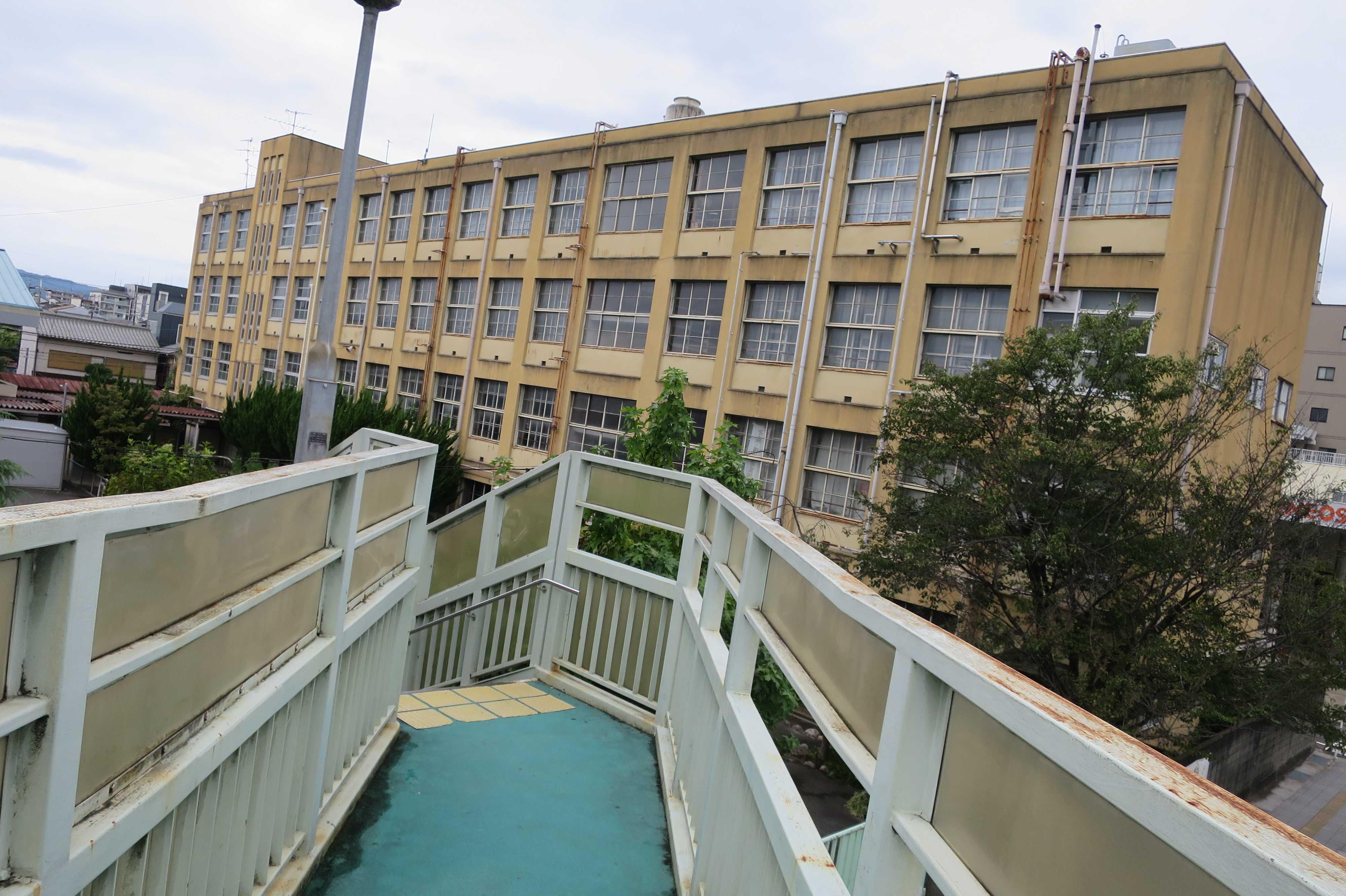 京都・堀川塩小路の歩道橋から見えた「安寧小学校」