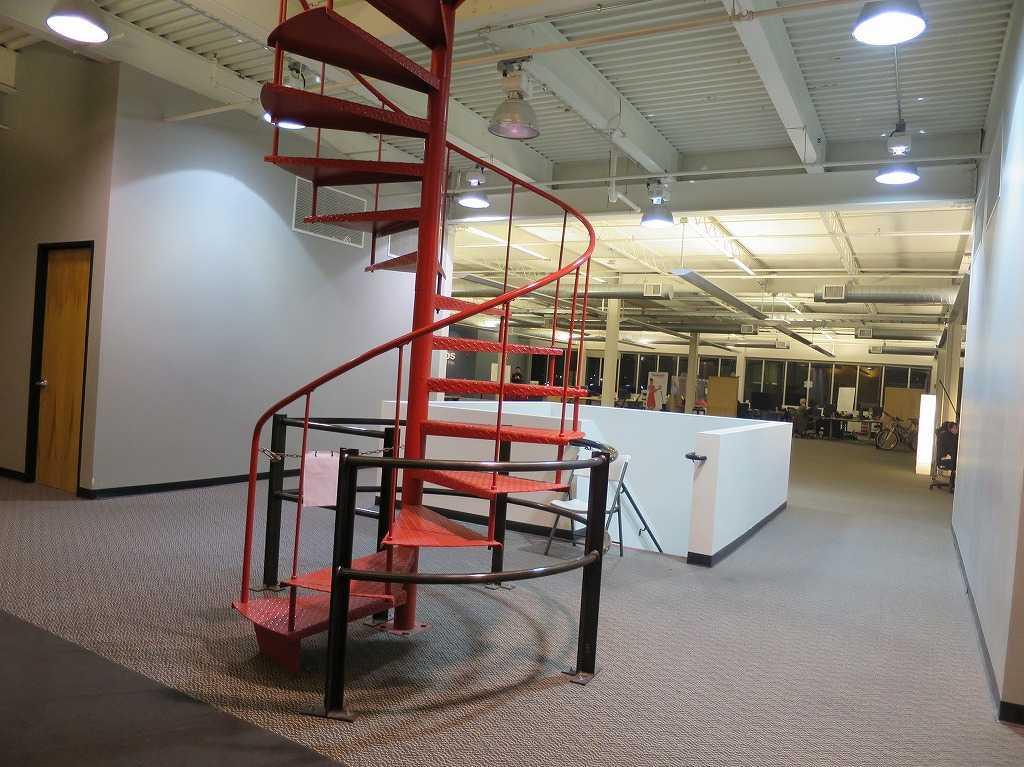 ベンチャー企業の必須アイテム: 螺旋階段(らせん階段)