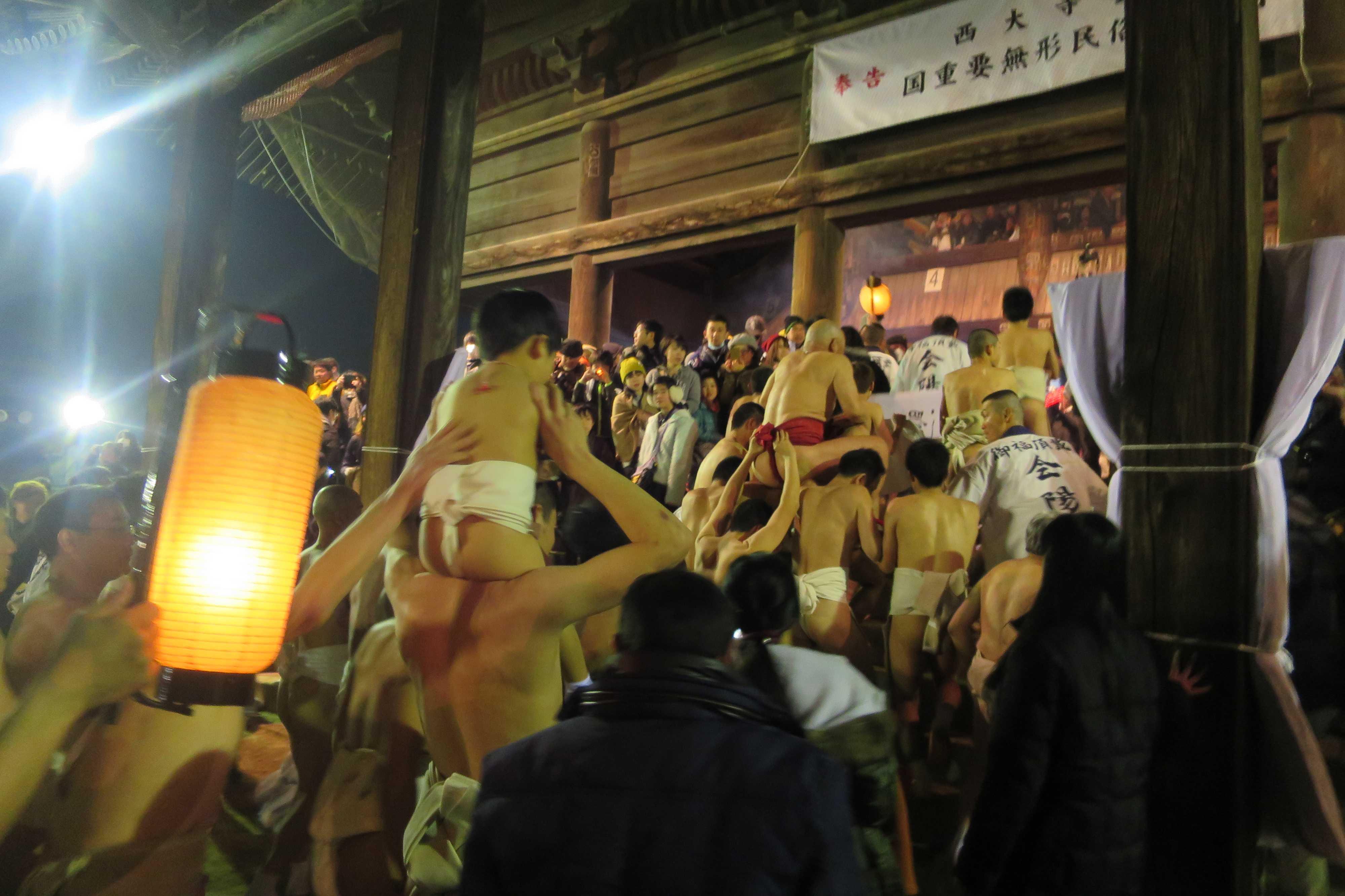 西大寺会陽 - 本堂大床に上がる林グループ