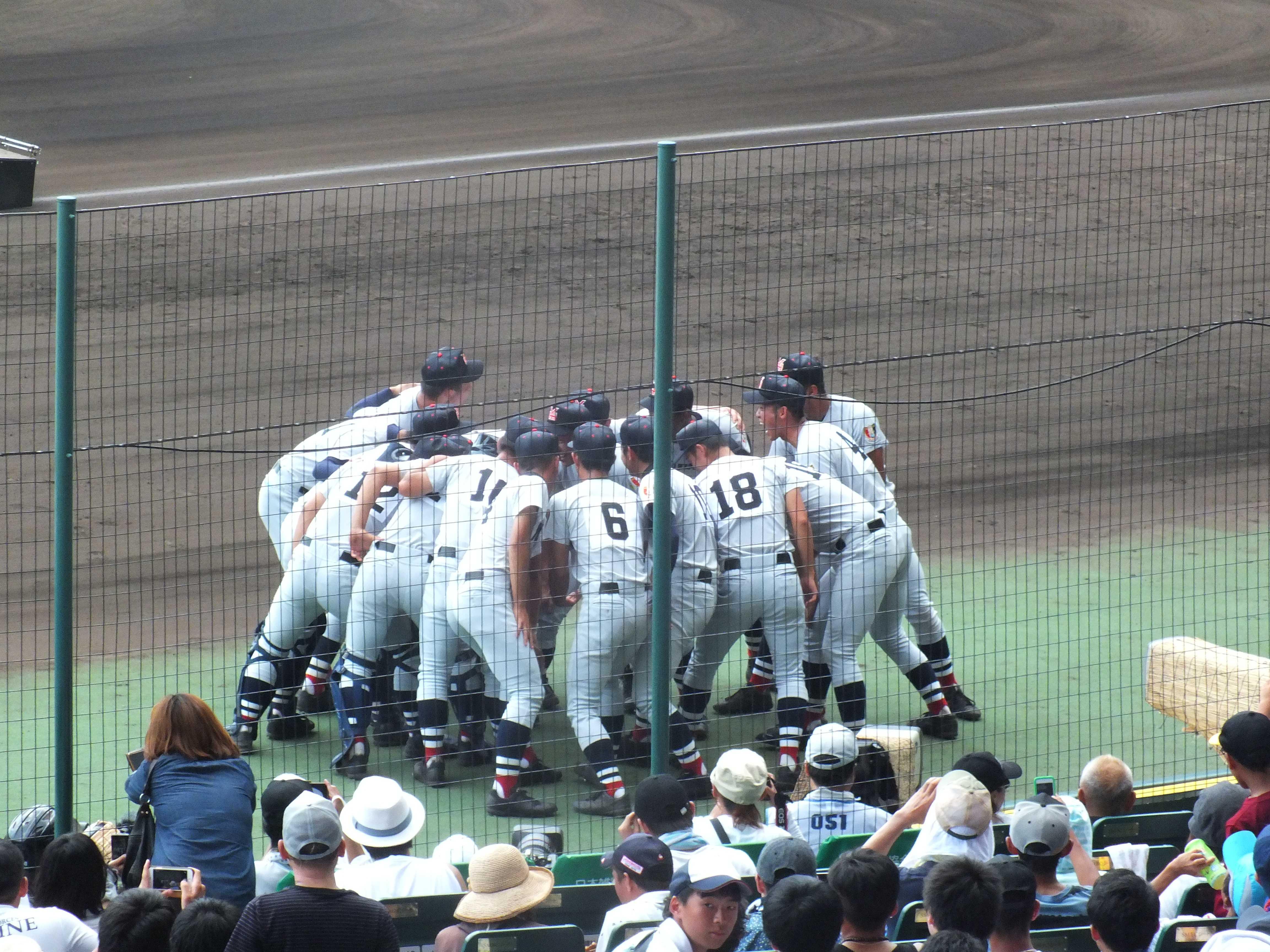 試合前、大きな声で掛け声をかける横浜高校ナイン