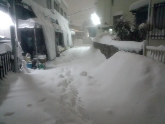 大雪の日の八王子市元横山町の細い路地
